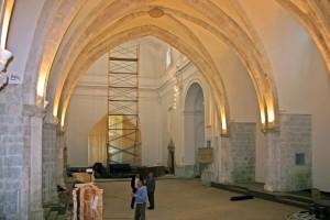 Tarima colocada y prueba iluminación| Adecuación de la Iglesia Nuestra Señora del Socorro de Peñíscola (Castellón)