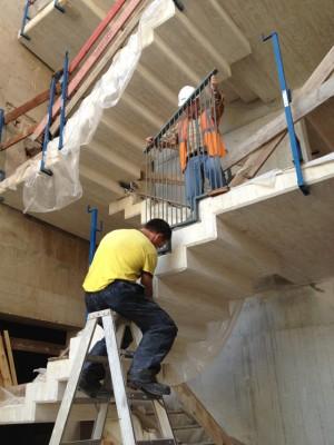 Desencofrada la escalera de hormigón visto del Centro Olivense