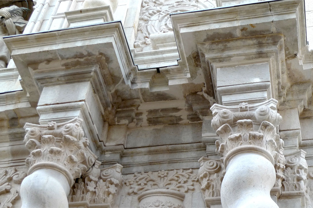 Detalle portada de los pies reparada, San Bartolomé de Benicarló