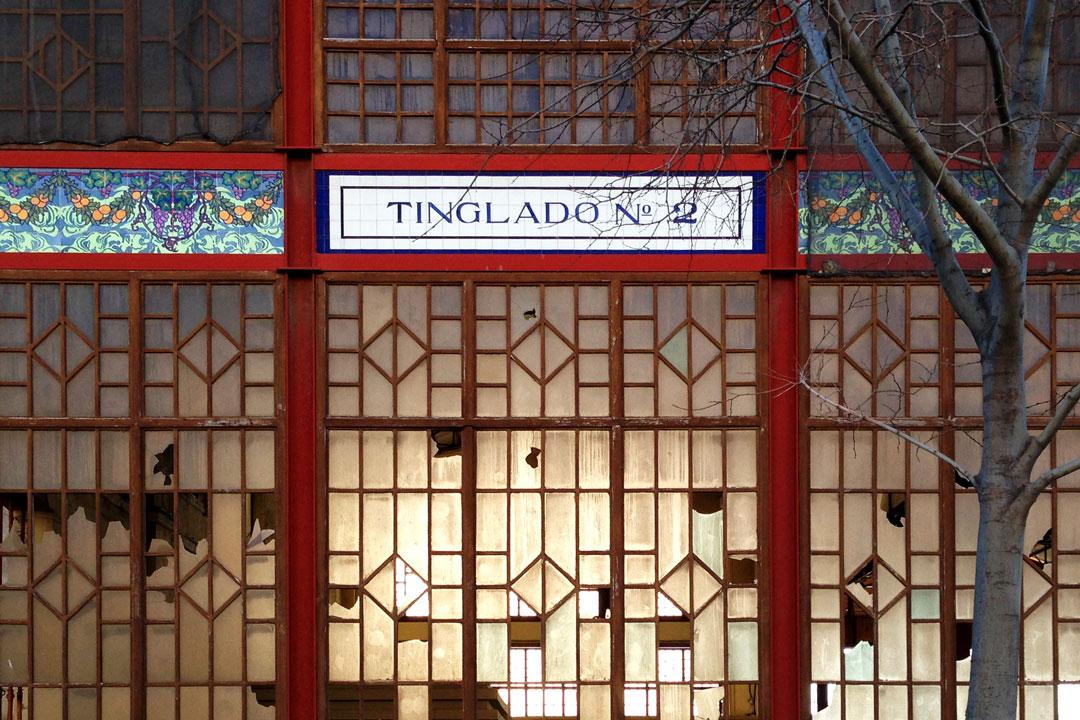 Vidrieras con roturas en fachada frontal de cabecero del Tinglado nº 2